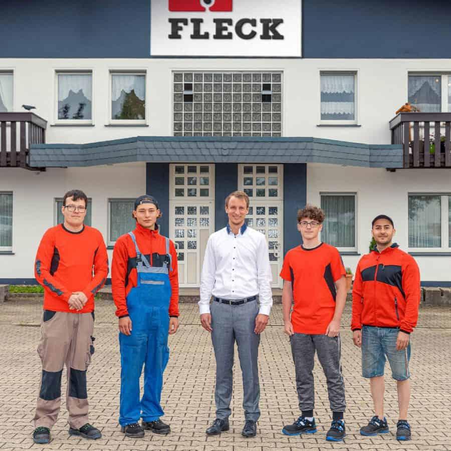 Technischer Leiter Fabian Ewald (Mitte) mit den vier neuen Auszubildenden.